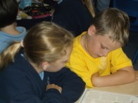 1516_Yr 4 and 6 reading buddies (3)