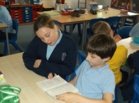 1516_Yr 4 and 6 reading buddies (4)