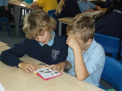 1516_Yr 4 and 6 reading buddies (7)